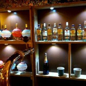 kastenachterwand met flessen