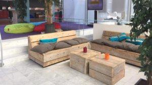 loungebank met zitzakken op de achtergrond