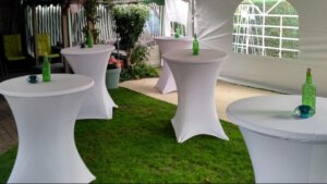 staantafel met witte rok