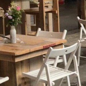 steigerhouten meubels met witte klapstoelen