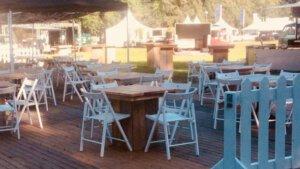 steigerhouten tafel met wedding chair