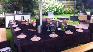 Parasol met aangeklede tafel
