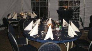 Servies gedekte tafel