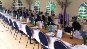 tafels met servies aangekleed